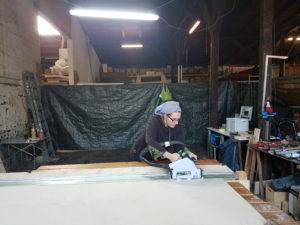 Hier seht ihr Julchen beim Sägen einer der Leisten. Aus den Leiste bauen wir später die Balken.