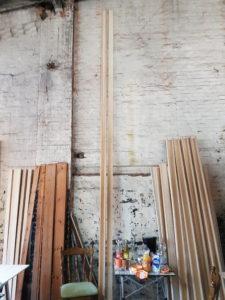 Holzbauteile an einer Wand