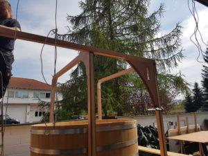 Der erste Längsbalken des Badehauses wird montiert.