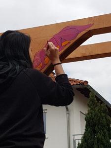 Janine malt ihre Vorzeichnung aus.