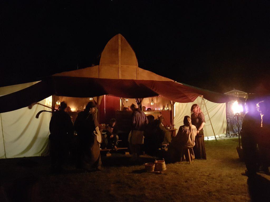 Das Badehuas bei Nacht mit Besuch durch die Spielleute von Fisematente