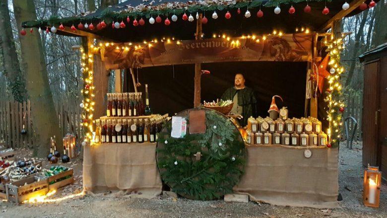 Weihnachtsmarkt mit Beerenweine Stand