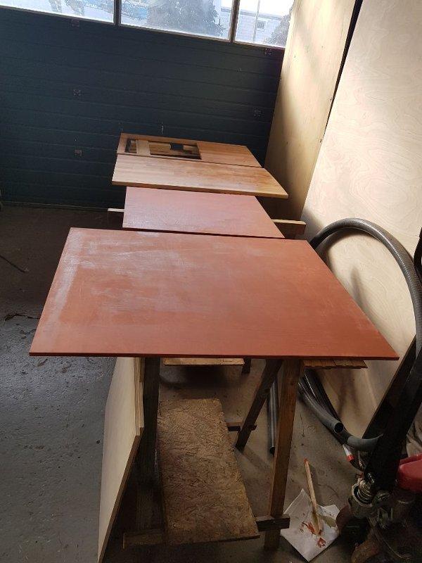 Küchenbauteile beim lackieren