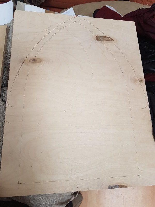 Sperrholzbrett mit angezeichneter Tafelform