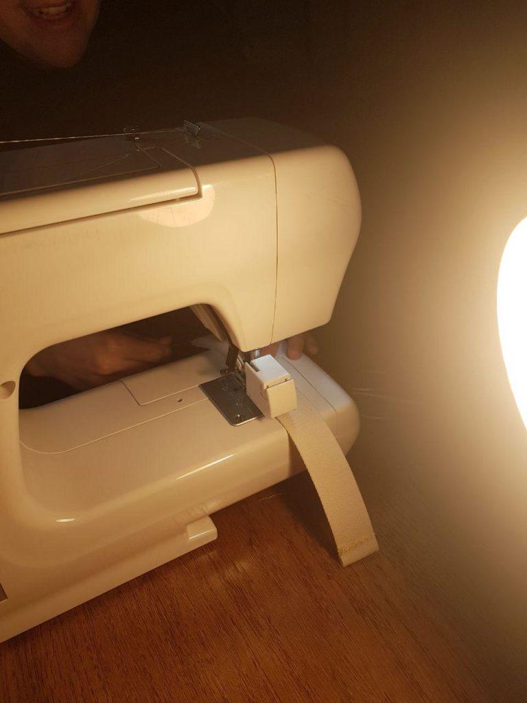 Klettband unter der Nähmaschine