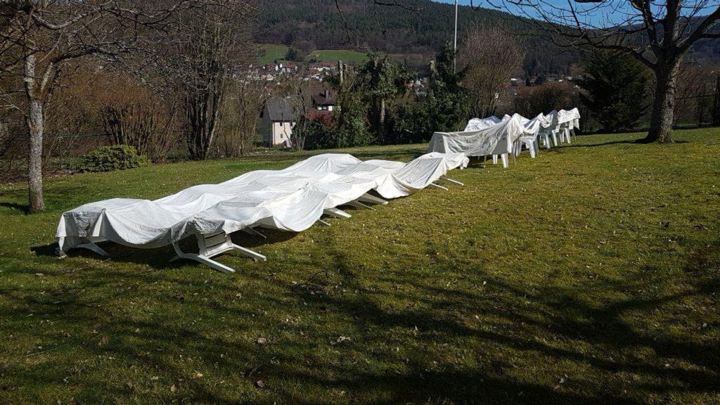 Zeltdächer auf Gartenstühlen zum Trocknen ausgebreitet