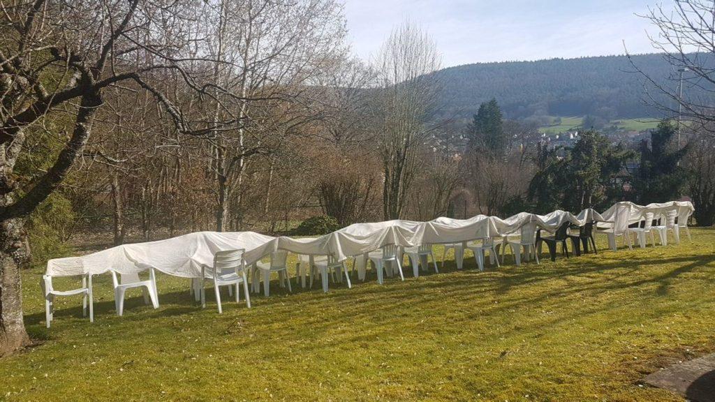 Vordach auf Gartenstühlen zum Trocknen ausgebreitet