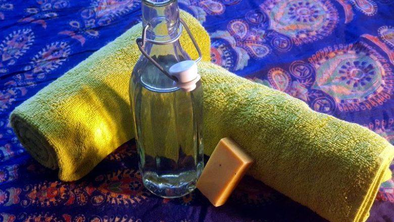 Handtuch, Seife, Flasche mit Wasser
